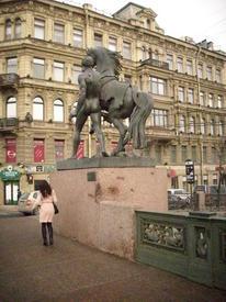 Скульптура Клодта. Постамент выщерблен осколком снаряда.