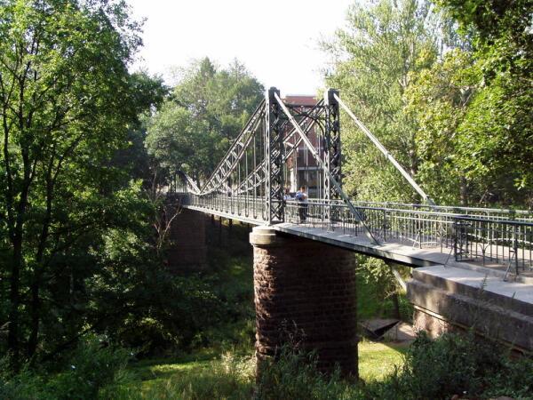 Внизу - котлован старого сухого дока. Вверху - мост.