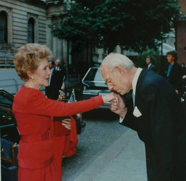 Деннис Тэтчер (муж Маргарет Тэтчер) целует руку Нэнси Рейган - жене Рональда Рейгана. 1988.