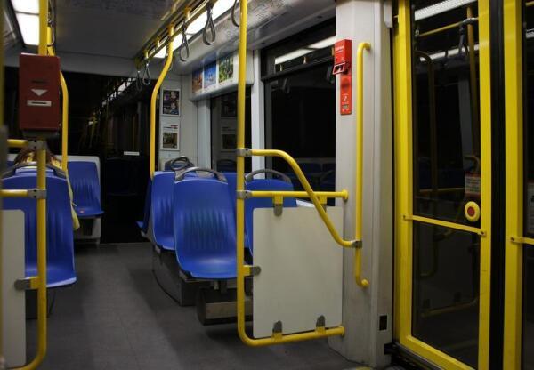 Вагон метро, вид изнутри. Слева видно автоматический компостер, справа кнопку открывания двери.
