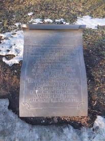 На мемориальной доске, что в нескольких десятках метров перед памятником, про него всё-всё расписано