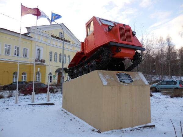Первенец карельского тракторостроения, трелевочник ТДТ-40. За ним - деловой центр