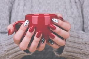 Что такое красивые женские руки? Часть 2: в тисках перчатки и под слоем маникюра