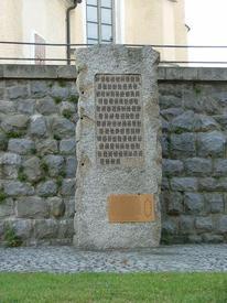 Памятник в честь 419 зверски убитых здесь советских военнопленных. На обелиске нанесены зачеркнутые палочки для подсчёта жертв «охоты на зайцев» — только несколько палочек внизу на памятнике остались незачеркнутыми.
