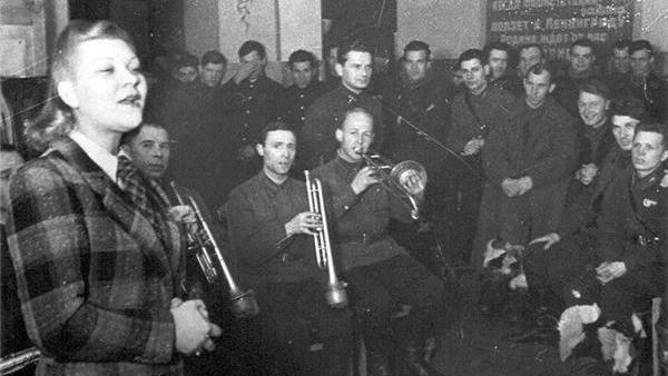 Выступление Клавдии Шульженко перед бойцами. Ленинградский фронт, 1941 год