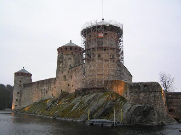 Крепость Олавинлинна со стороны подвижного моста. Современный вид