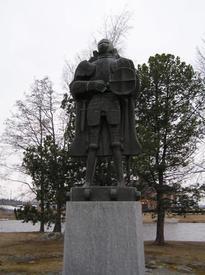 Памятник воеводе Э.А. Тотту вблизи крепости