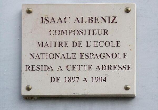 Одна из нескольких памятных табличек в Париже