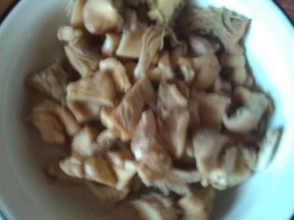 Уже отваренные в маринаде порезанные грибы