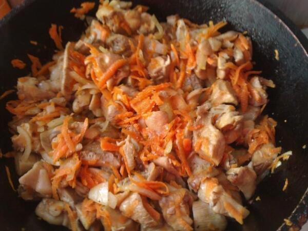 Обжариваем грибы и овощи
