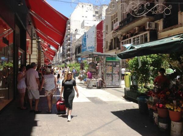 На небольшой пешеходной торговой улочке