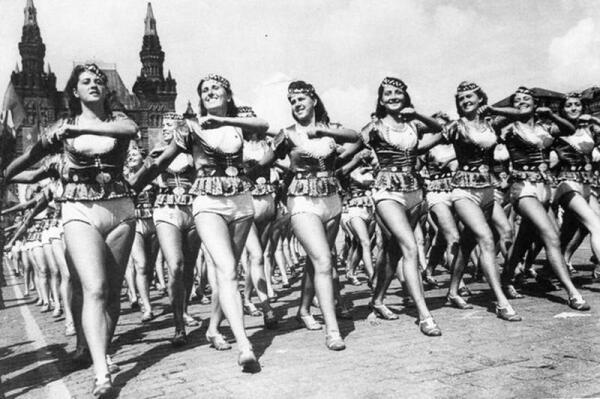 Советские физкультурницы. Парад на Красной площади 1945 год