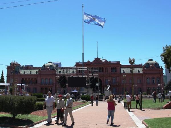 Над Розовым домом развевается флаг Аргентины