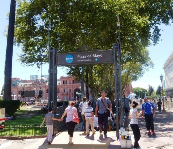 Вход на станцию метро Майская площадь