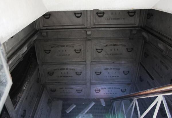 В этом склепе находятся десятки гробов