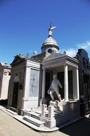Памятник Роверано, владельцу знаменитой кондитерской