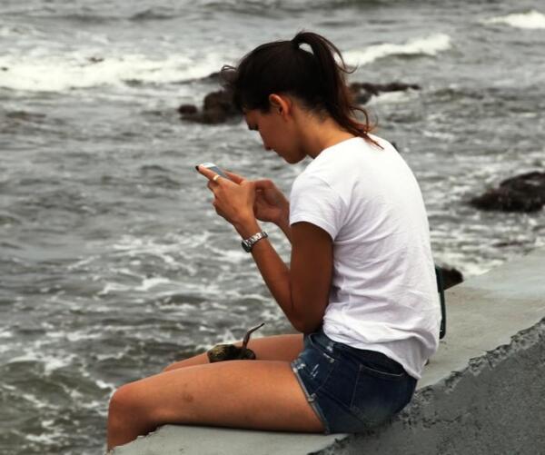 Пьют чай и в одиночестве, болтая по телефону и любуясь океанским прибоем