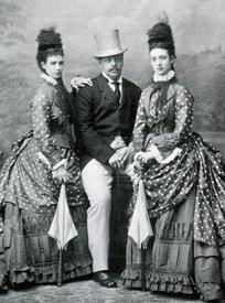 Александр III с императрицей Марией Фёдоровной и её сестрой, принцессой Уэльской, Александрой. 1880-е годы.