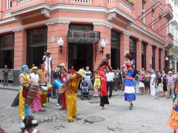 Уличное представление в Гаване