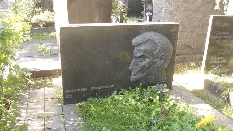 Могила Светлова на Новодевичьем кладбище Москвы