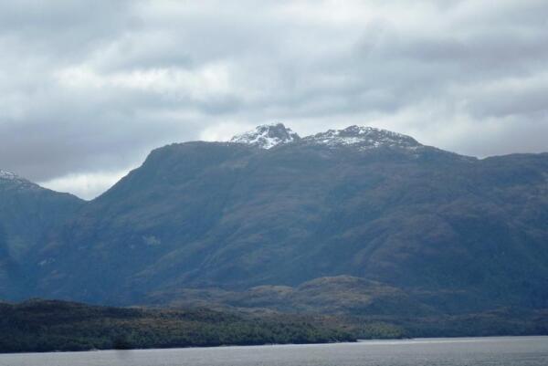 В разгар летнего сезона заснеженные вершины невысоких горных пиков