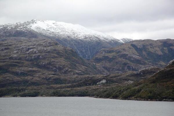 Видны водопады, сбегающие с гор - идет таяние снежных шапок