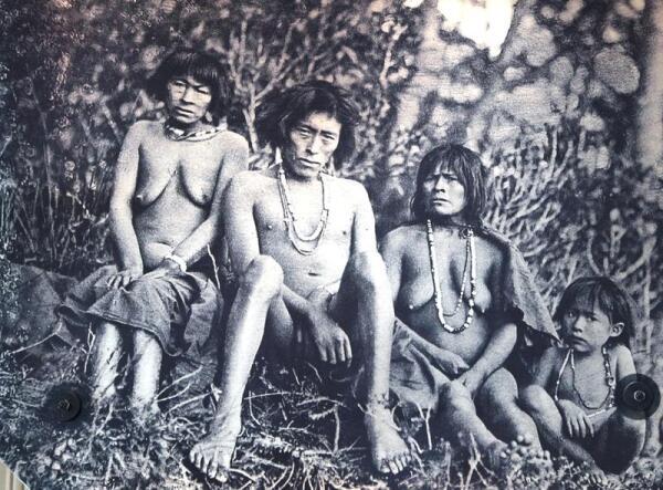 Фотография с фото начала ХХ века индейцев Огненной Земли
