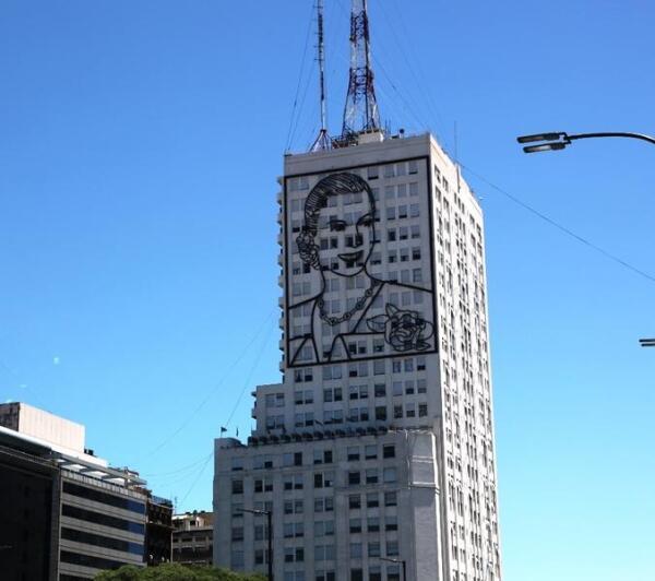 Стилизованный портрет Эвиты на одном из самых высоких зданий на Авеню 9 Июля в Буэнос-Айресе