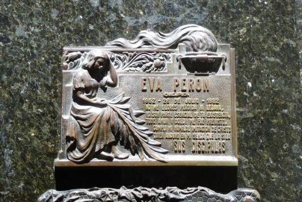 Табличка, удостоверяющая, что именно здесь похоронена Эва Перон