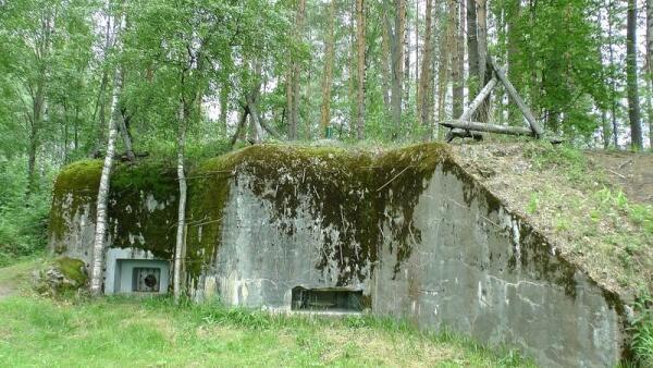 Вид на бетонный бункер