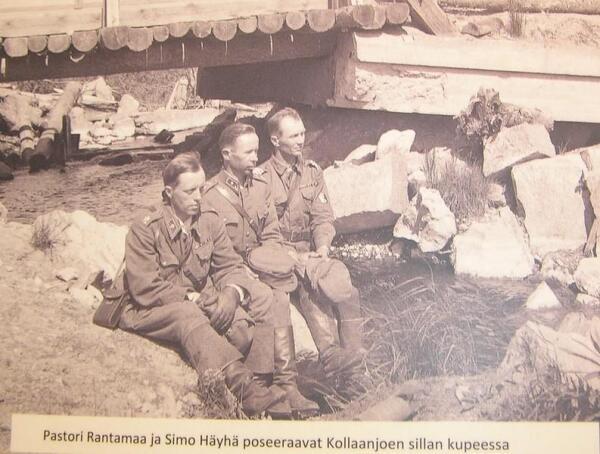 Младший лейтенант Симо Хяюхя (в центре), фотоиллюстрация из музея