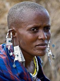 Женщина из племени масаев с вытянутыми мочками ушей.
