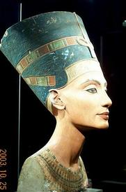 Бюст Нефертити в профиль...