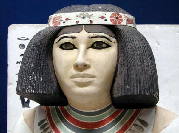 История макияжа. Как женщины начали украшать свои лица?
