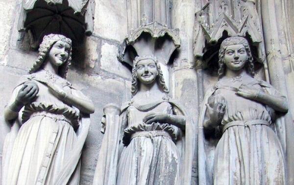 Скульптуры дев в Магдебургском соборе (XIII в.).