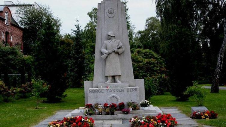 «Норвегия благодарит», такая короткая надпись выбита на памятнике советским воинам