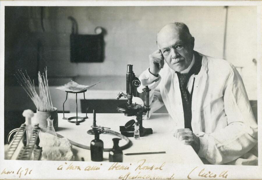 Шарль Анри Николь у микроскопа