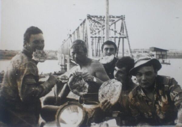 Прототип одного из персонажей рассказа (Чека) - прямо по центру снимка, на фоне хайратонского моста через Аму-Дарью, с лепешкой в зубах. Крайний слева (тоже с лепешкой) - Санек