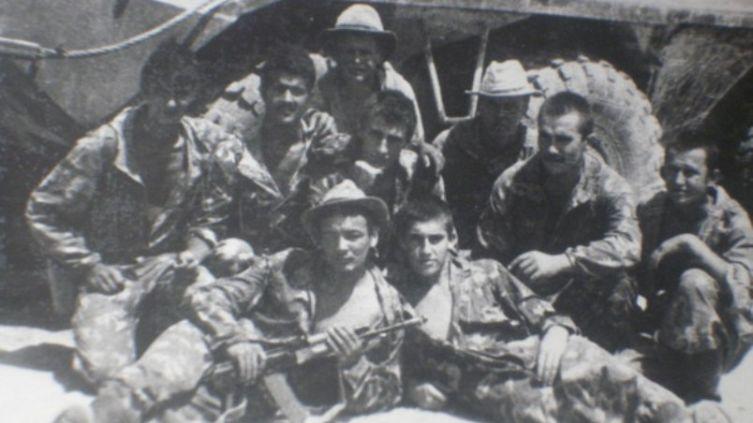 Во втором ряду второй слева - Касимыч, третий слева (сжатая в кулак правая рука у подбородка) - Славик (Чека)