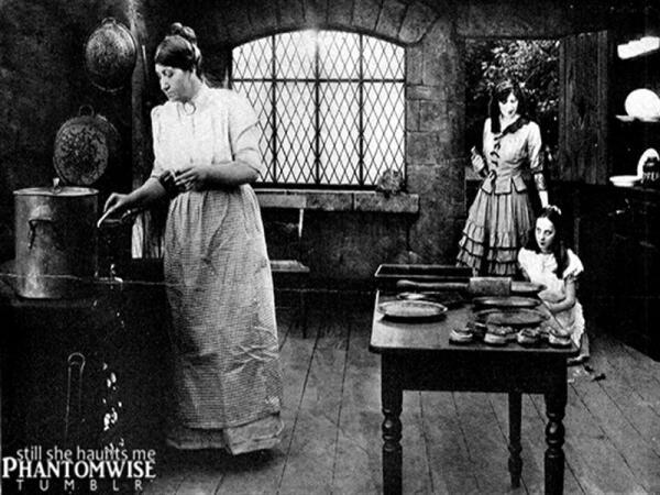 Начало фильма. Алиса с сестрой и матерью