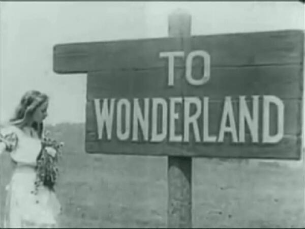 Алиса попадает в Страну чудес