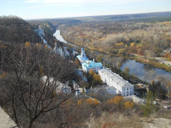 Вид на Свято-Успенскую Лавру с площадки мемориального комплекса.