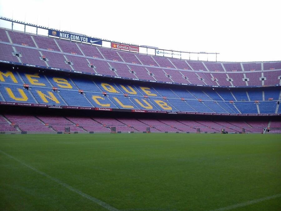 Футбольное поле стадиона Camp Nou
