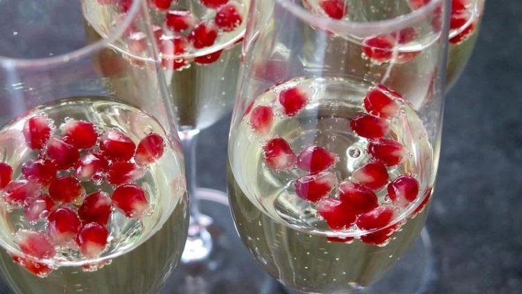 Стоит ли наливать Деду Морозу шампанское вместо водки? 50 000 000 радостных пузырьков