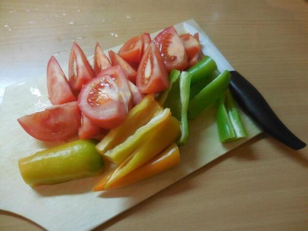 Перец, помидоры (все овощи!) нарезаем крупно