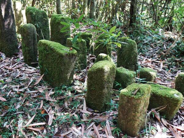 Мемориал умершим членам семьи – высота камня зависит от возраста умершего