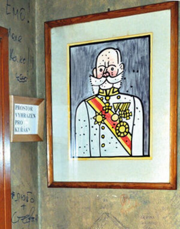 Портрет императора, нарисованный Й.Ладой, размещен в пивной