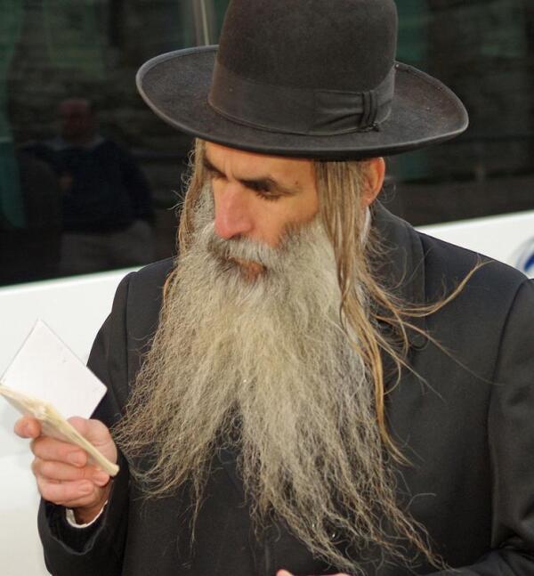 Ортодоксальный иудей с бородой и пейсами.