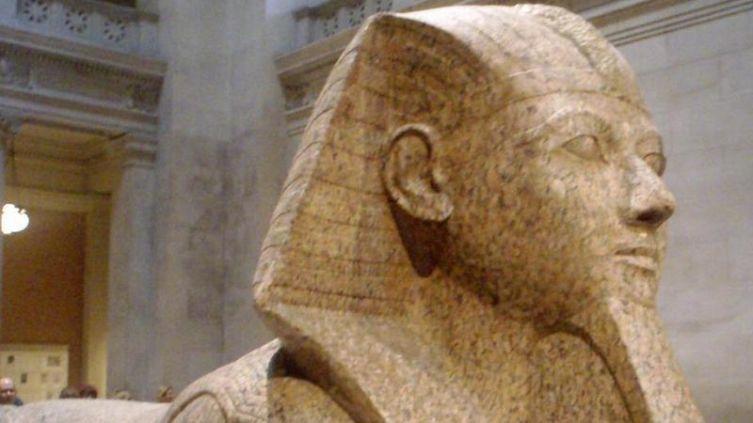 Гранитный сфинкс с лицом египетской царицы Хатшепсут.