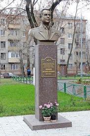 Бюст Попкова во дворе школы, где он учился